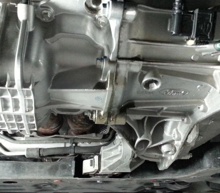 福特新福克斯1.6at 发动机变速箱连接处渗油