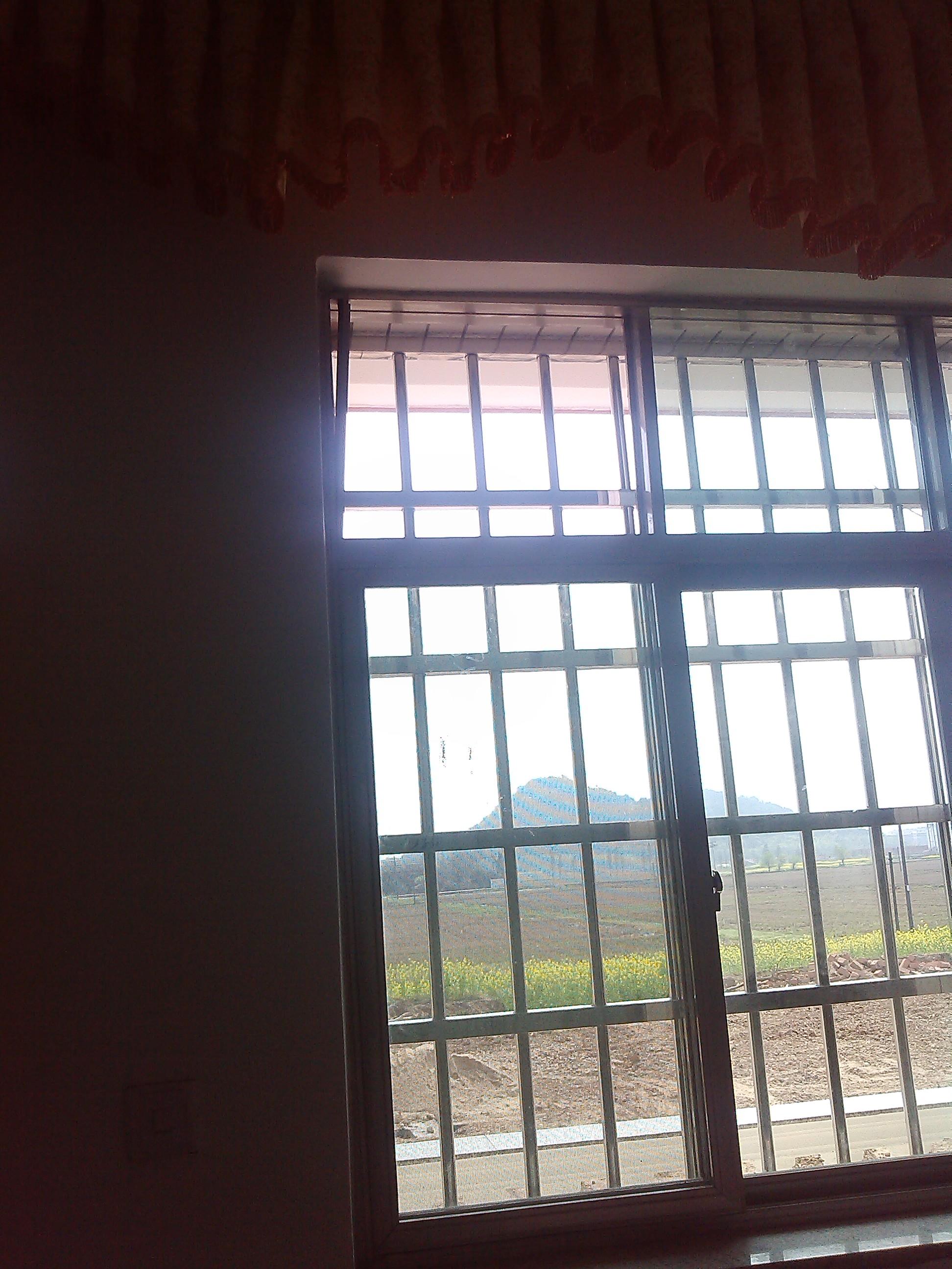 窗户铝合金与玻璃没装好