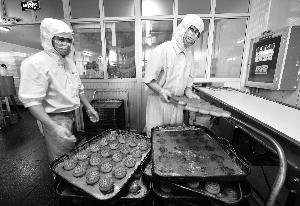 五仁月饼今年大受欢迎 一两百元礼盒最好卖