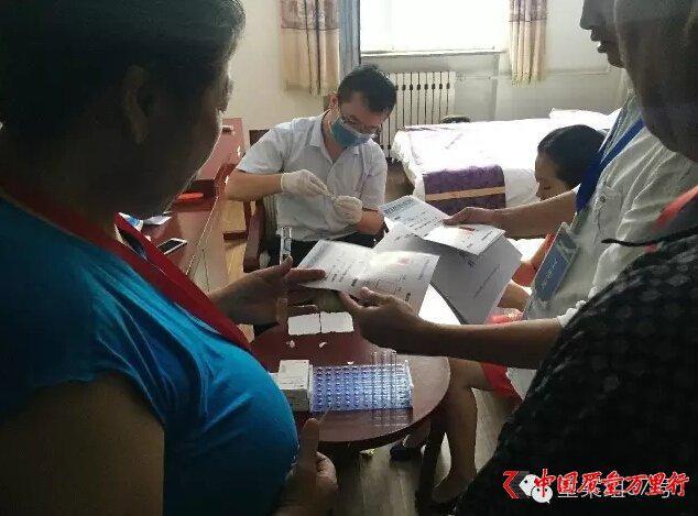 """保健品骗局曝光:现场""""验癌"""" 引老人抢购"""