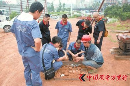 6月13日,四川省环境监测总站专家组对资阳万达广场的土壤进行取样。