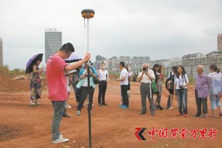5月6日,在市民代表和媒体见证下,监测人员利用GPS定位当年电容器的存储地点。