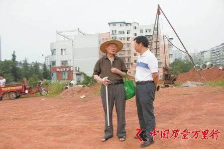 郭汝中(左)与环保部门负责人交流。