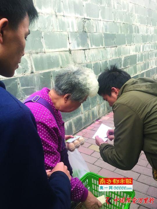 在街头揽客时,有老人上前询问,经理会上前登记老人信息并派发团购券。