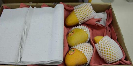 一箱芒果25斤纸占9斤多 成都水果商家称赚的就是皮重