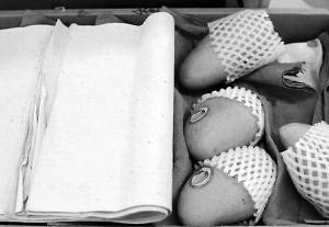 买一箱芒果25斤纸占了9斤多 商家:赚的就是这些皮重