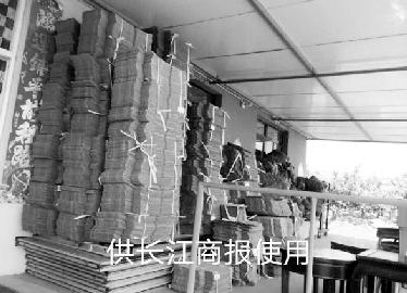 邓健说,顺丰强制必须使用其提供的货箱,自己购买的货箱只能闲置。    图片由邓健本人提供