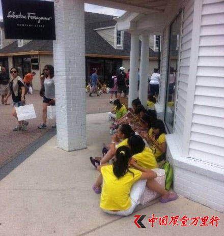 不少游学团的典型特征就是学生们成群结队、拖着拉杆箱,随处看看风景、到商场血拼购物