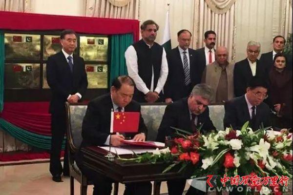 两国领导人到场 中国重汽与海外公司签署合作协议
