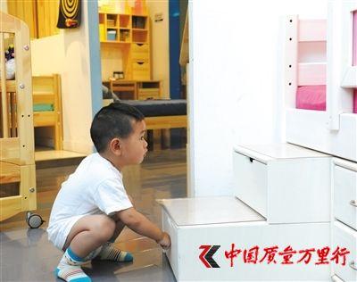 家长在选购儿童家具时要以安全和环保为先。新京报记者 王远征 摄