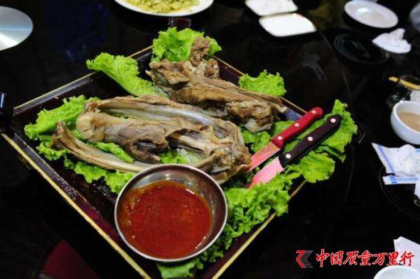 羊肉带着骨头上,每个人配把刀,蒙古族人教你如何吃草原手把肉!