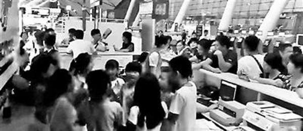 """南宁一航班因台风改签 多名家长""""指示""""孩子闹机场"""