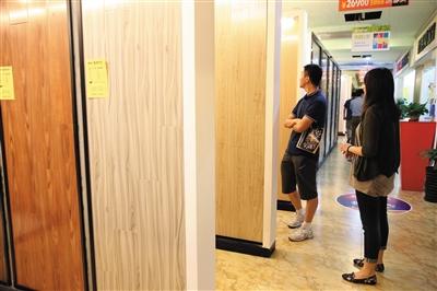 强化地板产品的静曲强度、吸水厚度膨胀率、表面胶合强度、表面耐磨、甲醛释放量、表面耐污染腐蚀等项目都会影响到地板的使用。