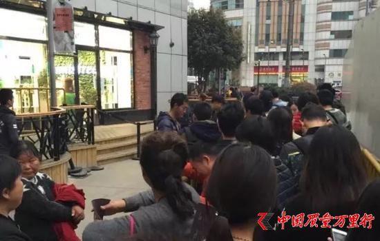 喜茶上海美罗城店,队伍曾一度排到店外,大批黄牛混迹其中