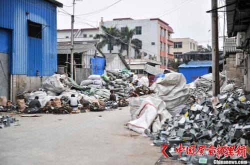 资料图:2013年4月8日,广东汕头贵屿镇上电子垃圾随处可见。<a target=