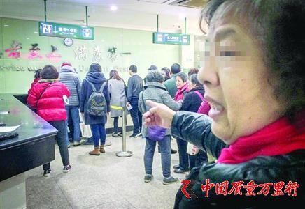 上海中大肿瘤医院挂号窗口、付费窗口均排起长队 /晨报记者 张佳琪