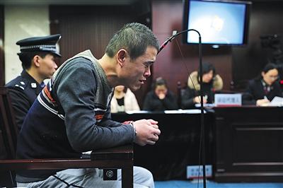 昨日,十余刀刺死棒约翰店长的外卖送餐员张某受审,在法庭上失声痛哭。新京报记者 王飞 摄