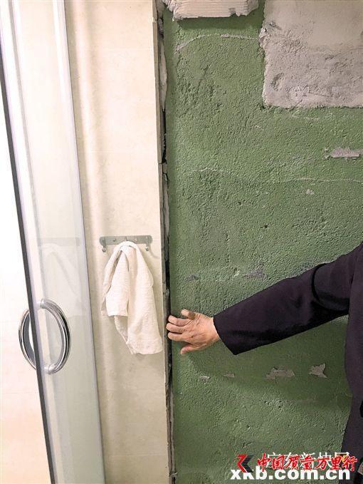 装修后瓷砖严重开裂 独居老人半年不敢用厕所