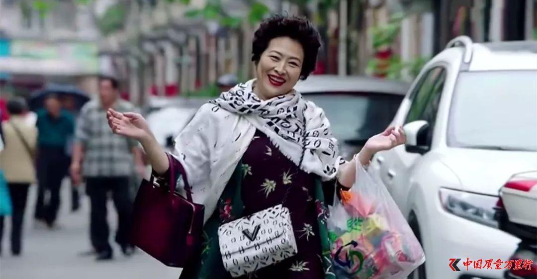 """挨打的中国游客 你买的""""奢侈品""""其实没那么值钱"""