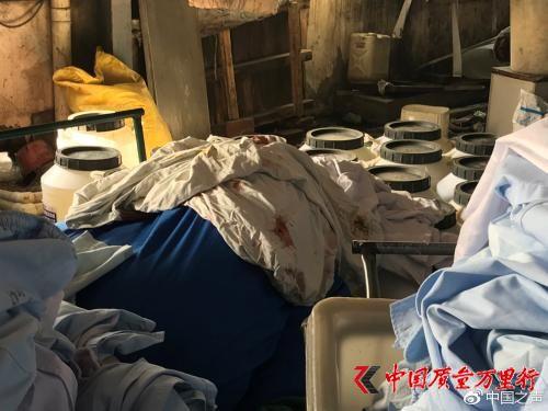 """""""丰源""""洗涤厂内带血的衣物与普通衣物堆放在一起。见习记者于子敬 摄 来源:中国之声"""