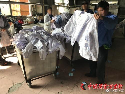 """""""丰源""""洗涤厂工作人员正在分拣病患衣物。见习记者于子敬 摄 来源:中国之声"""