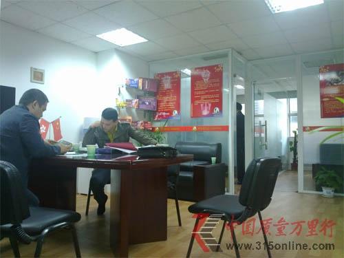 工商执法人员在南京车渠执法现场