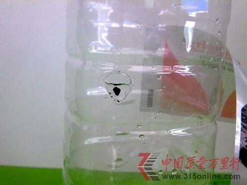 娃哈哈矿泉水瓶里出现夹层及不明黑色物体