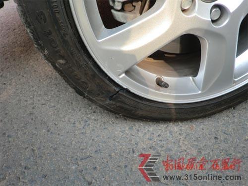 沃尔沃S60行驶中突然爆胎 备胎问题再引争议