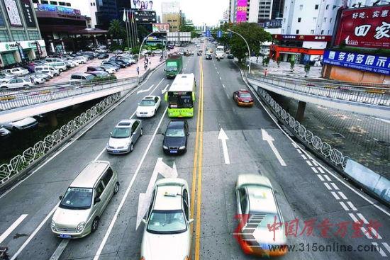 当6月30日晚广州市政府宣布将于7月1日起对全市中小客车试行总量适度调控管理后,具体细则将会如何就成为了社会关注的焦点。资料图片。