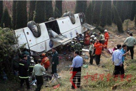 10月7日,消防官兵在车祸现场组织救援