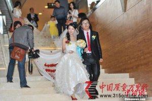 【奇闻】新娘穿520米婚纱结婚