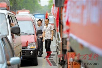 4月21日下午,车辆拥堵在318国道雅安市区街道上。