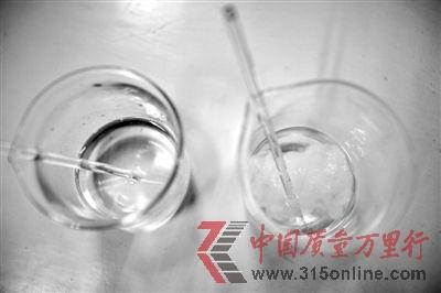 溶解检测法中,左边溶入真蚕丝的液体变得浑浊,完全溶解。