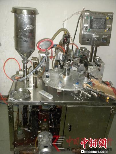制假牙膏的机器。(图片来源:中国新闻网 张毅涛 摄)