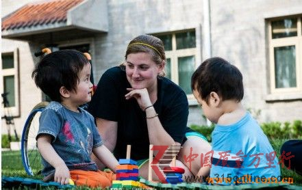 美国夫妇20年抚养900名中国孤儿