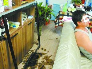 百强家具书柜玻璃滑落伤人 回应称或操作不当