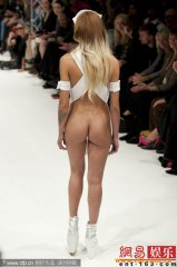 伦敦时装周 模特下身不穿裤子全裸秀美臀(组图)