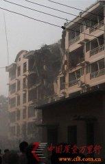 河北保定一处居民楼爆炸致楼体垮塌 有人员被困(组图)
