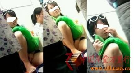 上海地铁七号线女子自摸下体又忘情闻香疯传图
