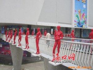 商家庆开业街头放置裸体女模型 市民:太暴露受不了