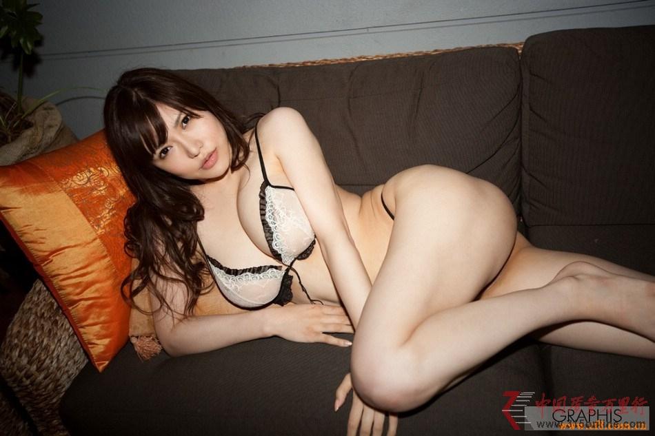 女优冲田杏梨自曝胸部还在长 常因重心不稳走路摔倒(组图)