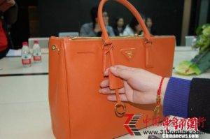 重庆高档商场星光68时代广场被指售假Prada包