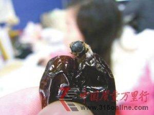 阿胶枣吃出半只像苍蝇昆虫 厂家称是蜜蜂